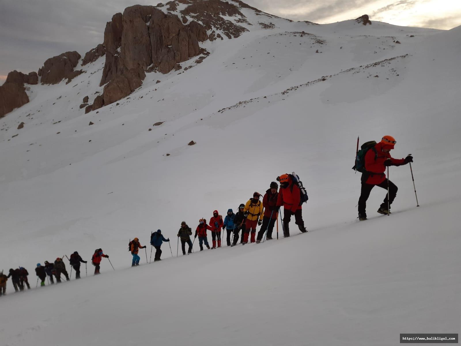 Şanlıurfa Dağcılar Berit dağına tırmanarak zirve yaptılar