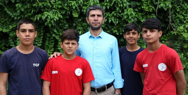 Başkan Özaslan, sporcu mevsimlik işçi çocukları ziyaret etti