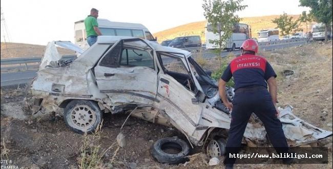 Urfa Gaziantep yolunda kaza: Önce bariyerlere, sonra minibüse çarptı
