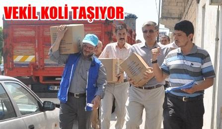 Vekil Yahya Akman, Deniz Feneri yardım kolisini taşıdı VİDEO