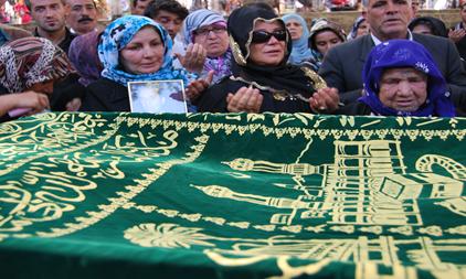 Sanat camiası Güler Işık'ı babası Sefer Bikyarık'ı cenazesinde yalnız bıraktı