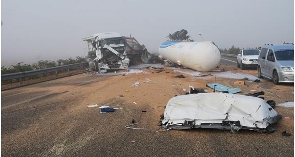 Şanlıurfa otobanda feci kaza;2 ölü, 20 yaralı