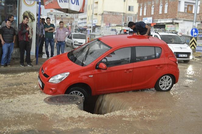 Hilvan'da şiddetli yağışta altyapı çöktü: 2 araç göçüğe düştü