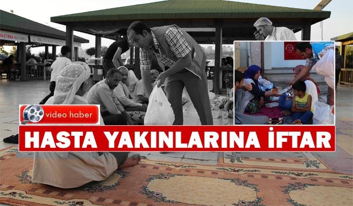 Hastanede bekleyen hasta yakınlarına iftar verdiler