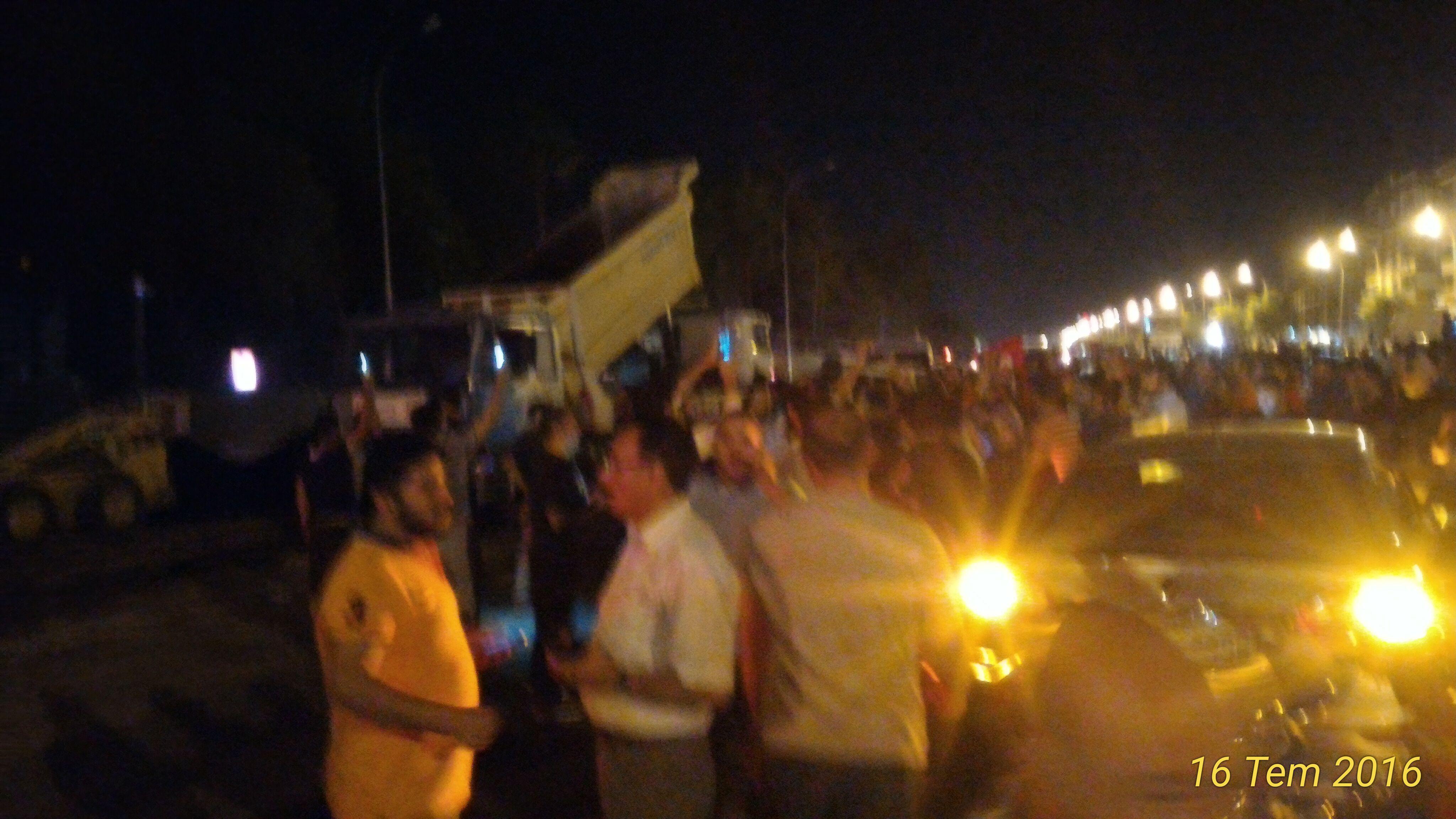 Urfa tugayın önünde binlerce kişi toplandı