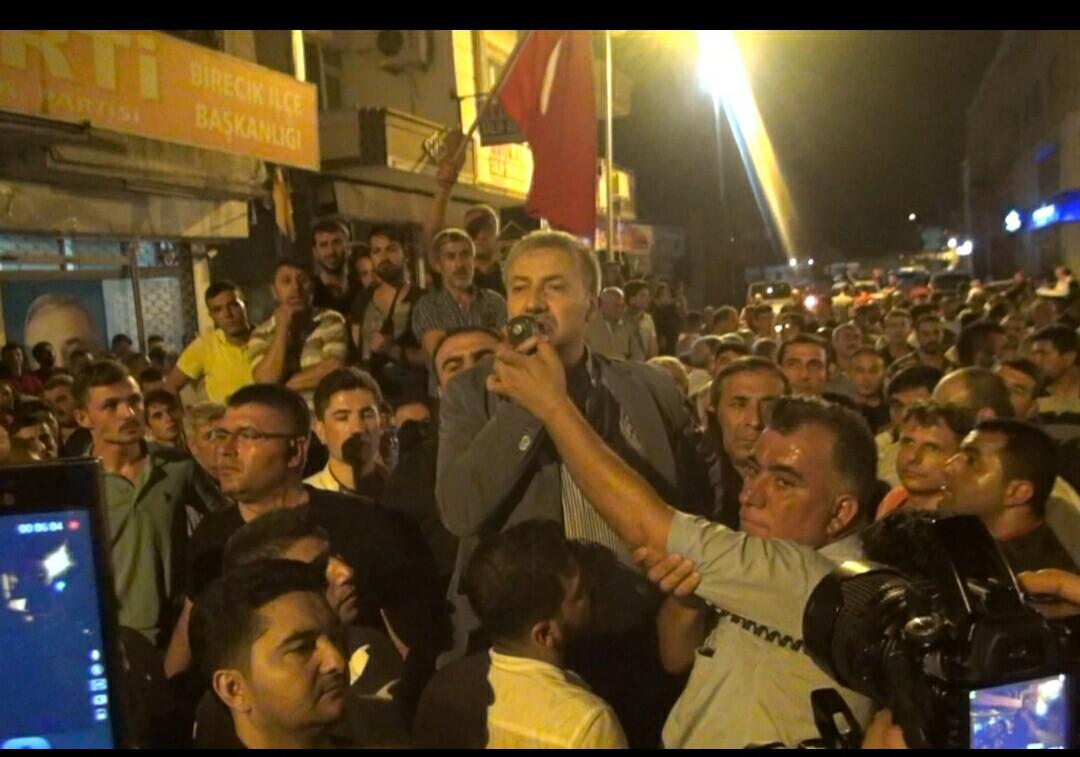 Erdoğan sokaklara çıkın diyor, Birecik belediyesi halkı dağıtıyor
