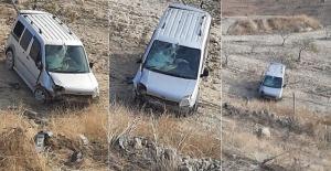 Araç Şarampole Uçtu: 2 Yaralı