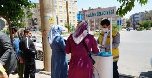 Haliliye'de ücretsiz maske dağıtımı devam ediliyor