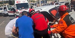 Eyyübiye'de Trafik Kazası! Araç İçine Sıkışan Yolcuyu İtfaiye ekipleri kurtardı