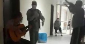 Koronavirüs nedeniyle karantinada olanlar müzikle zaman geçiriyor
