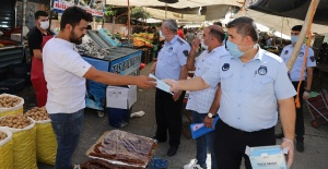 Karaköprü'de Belediye Pazar Esnafına Maske Dağıttı