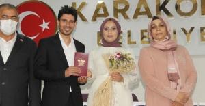 Gazeteci Kolsuz, bu kez mikrofonu evet dedirtmek için eşine uzattı