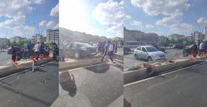 İki otomobil çarpıştı: Araçlar refüje çıktı
