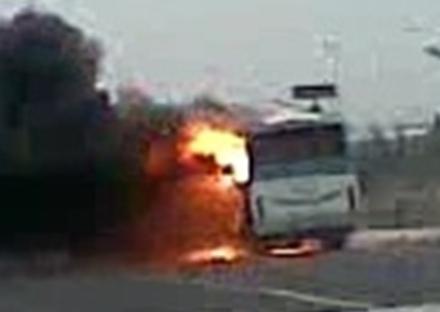 Üniversite öğrencilerin minibüsü yandı, öğrenciler ölümden döndü VİDEO