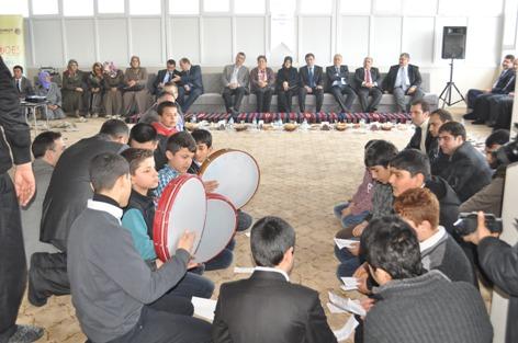 Bakan Yılmaz, Kürtçe ilahiler eşliğinde kahvaltı etti VİDEO ve FOTOĞRAFLI