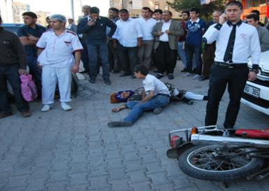 Abide kavşağında motosiklet kazası: 2 Yaralı VİDEO
