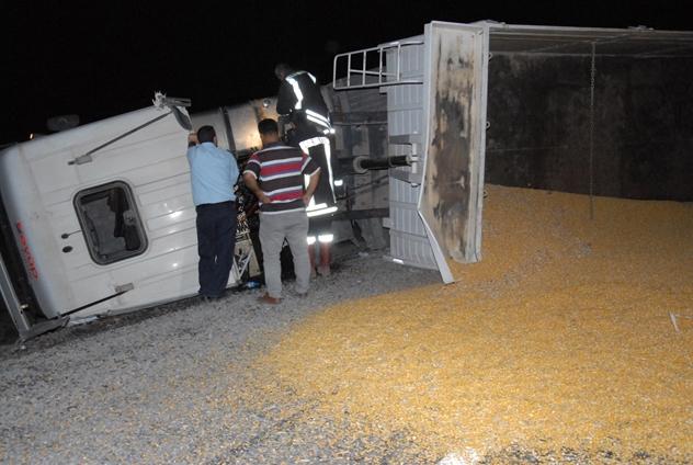 Siverek'te mısır yüklü Tır devrildi: 2 yaralı