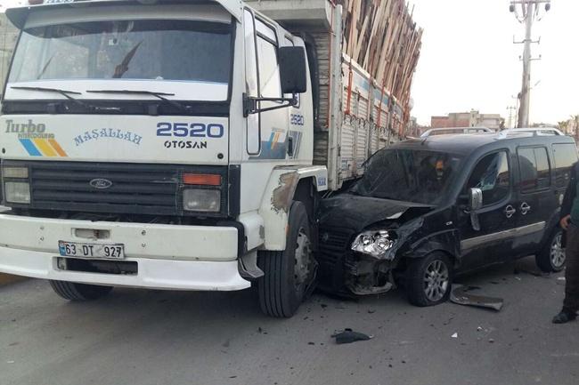 Dikatsiz sürücü park halindeki kamyona çarptı: 2 yaralı