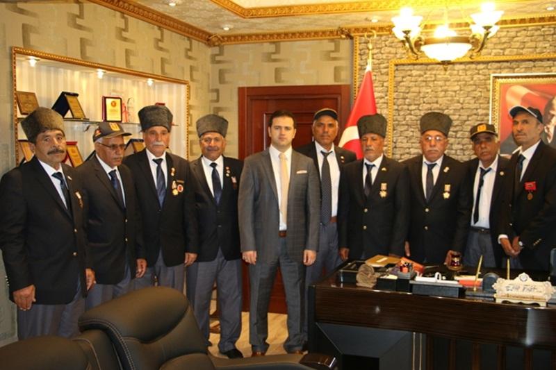Akçakale Kaymakamı 11 Kıbrıs Gazisine Yeni Tören Kıyafeti Hediye Etti