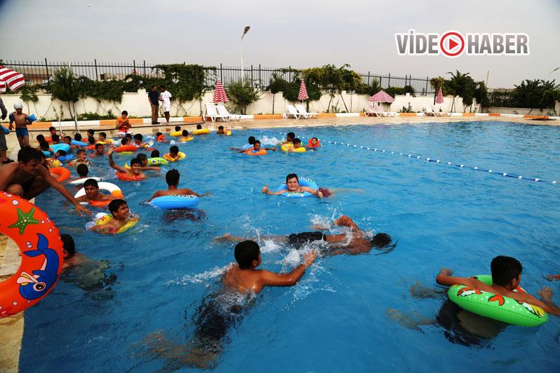 Urfa'da çocuklar yazın havuza koştu